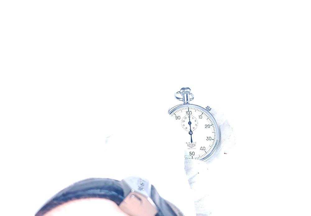 Chronomètre HEUER S.A.V.I.C ref. 918 dec --- plan éloigné avec main --- ikonicstopwatch.com --- web version