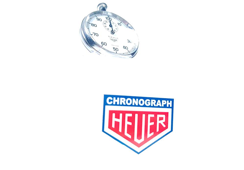 Chronomètre HEUER S.A.V.I.C ref. 913 --- plan général de trois/quart --- ikonicstopwatch.com --- web version