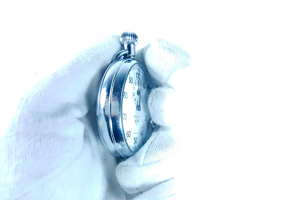 Chronomètre HEUER S.A.V.I.C ref. 913 --- gros plan latéral --- ikonicstopwatch.com --- web version