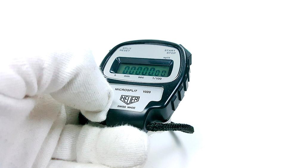 Stopwatch HEUER-LEONIDAS ref. 1020 - microsplit --- close shot hand held --- ikonicstopwatch.com --- web version