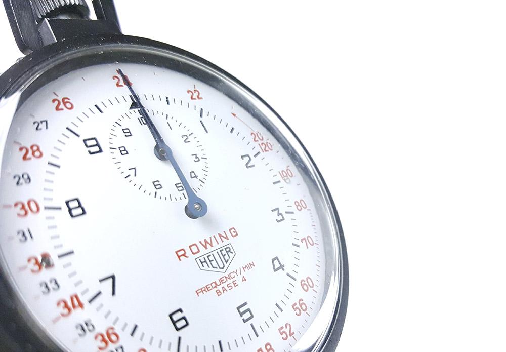 Chronomètre HEUER-LEONIDAS ref. 403.914 - rowing --- plan rapproché de trois/quart --- ikonicstopwatch.com --- web version