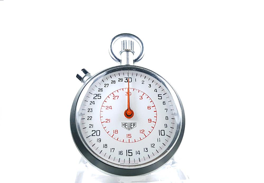 Chronomètre HEUER-LEONIDAS ref. 513.202 à rattrapante (vignette) --- plan rapproché avec main --- ikonicstopwatch.com
