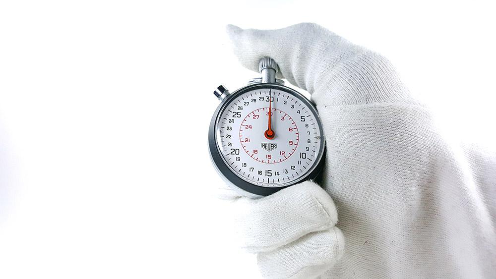 Stopwatch HEUER-LEONIDAS ref. 513.202 with rattrapante (split) --- close shot hand held --- ikonicstopwatch.com