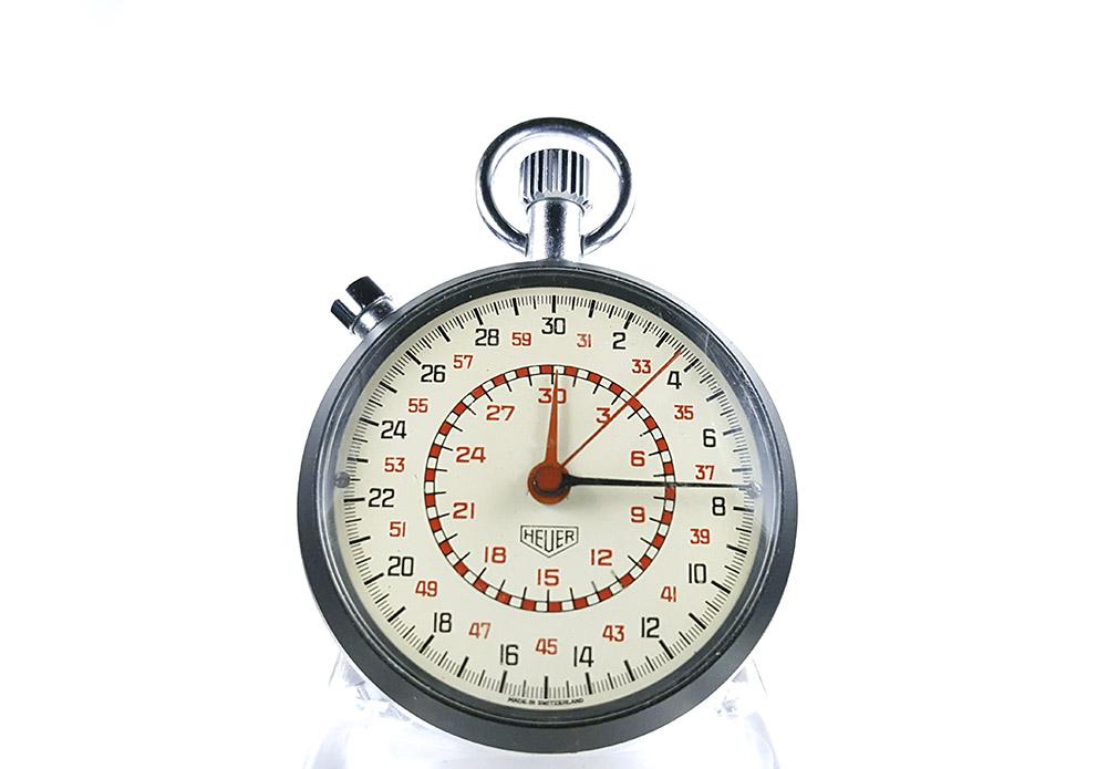 Chronomètre HEUER-LEONIDAS ref. 513.202 (cadran damier) --- plan rapproché --- ikonicstopwatch.com (version vignette)