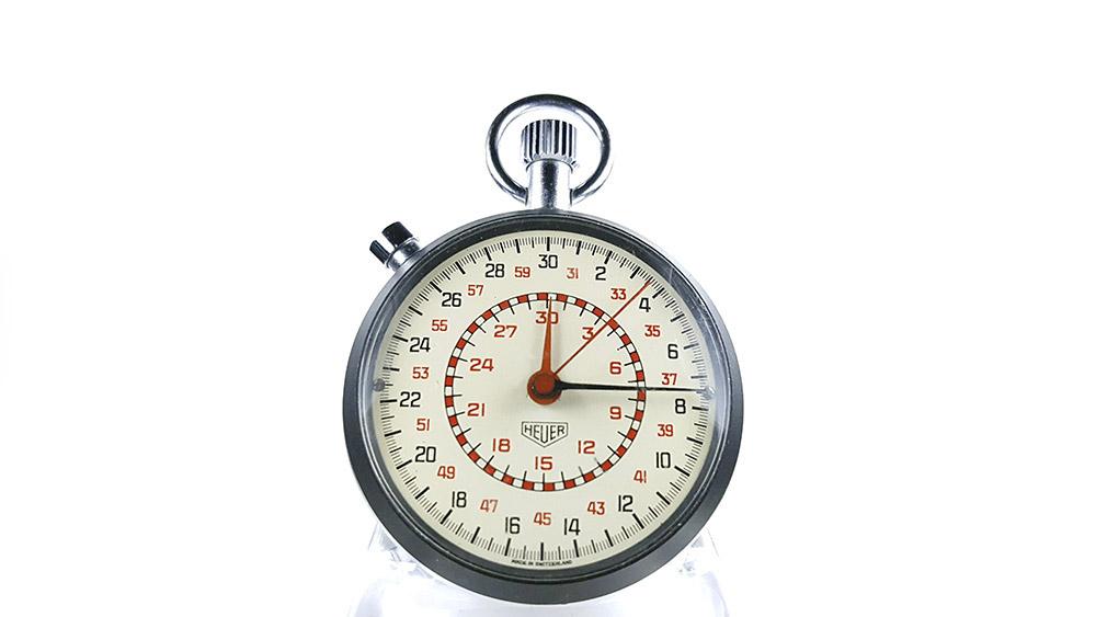 Chronomètre HEUER-LEONIDAS ref. 513.202 (cadran damier) --- plan rapproché --- ikonicstopwatch.com