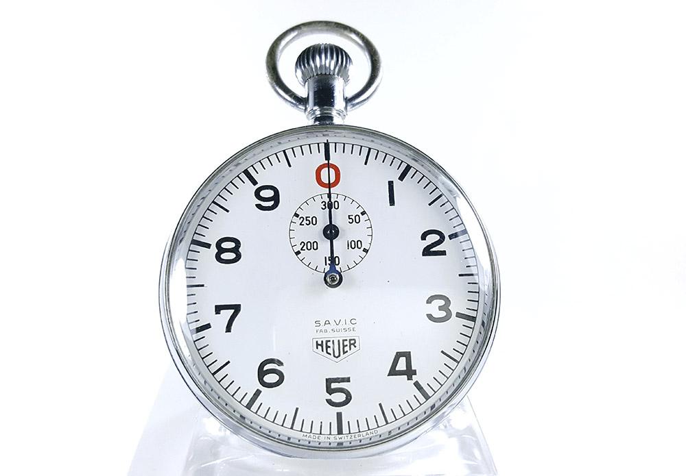 Chronomètre HEUER ref. 906 Vis/300 sec.(version S.A.V.I.C) --- plan rapproché (couverture) --- ikonicstopwatch.com
