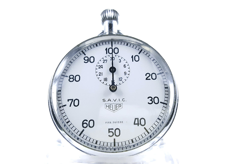 Chronomètre HEUER ref. 913 (S.A.V.I.C version) --- plan rapproché (couverture) --- ikonicstopwatch.com