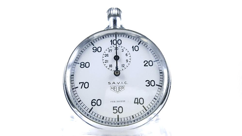 Chronomètre HEUER ref. 913 (S.A.V.I.C version) --- plan rapproché --- ikonicstopwatch.com
