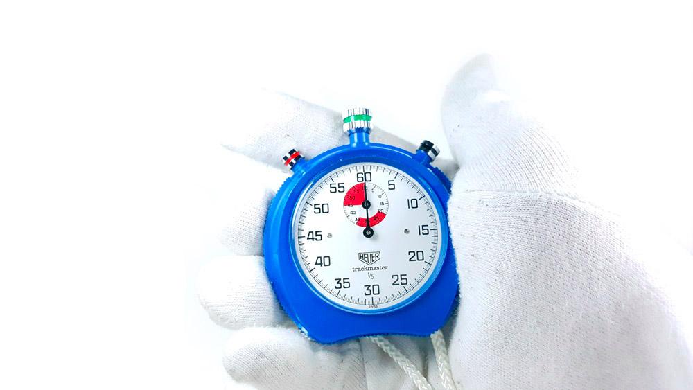 Chronomètre HEUER-Leonidas 8047 (trackmaster) --- plan rapproché avec main --- ikonicstopwatch.com