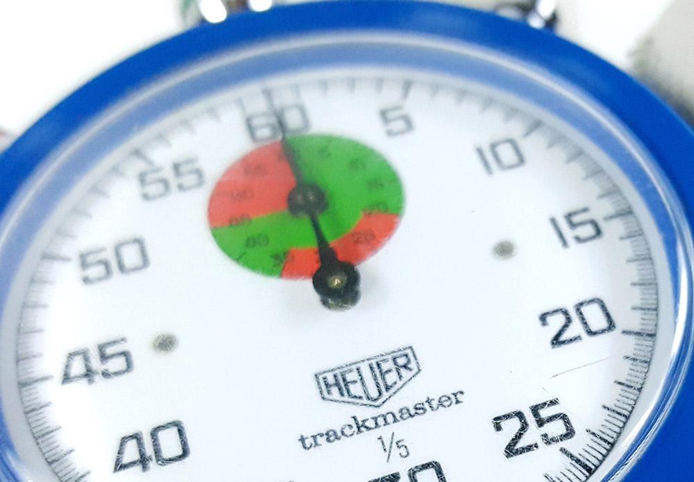 Chronomètre HEUER-Leonidas 8047 (trackmaster) --- détail du totaliseur rouge et vert --- ikonicstopwatch.com