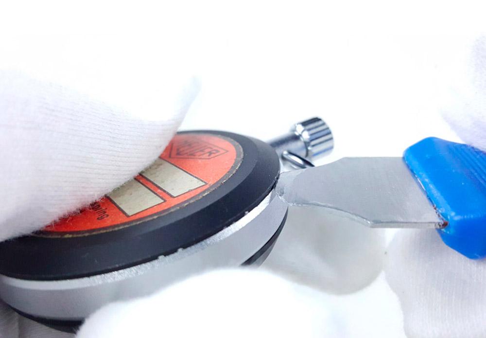 Comment ouvrir un chronomètre HEUER vintage --- plan rapproché avec main --- ikonicstopwatch.com