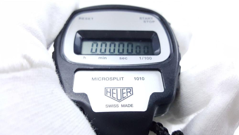 Chronomètre vintage HEUER ref. 1010 microsplit --- plan rapproché avec main --- ikonicstopwatch.com