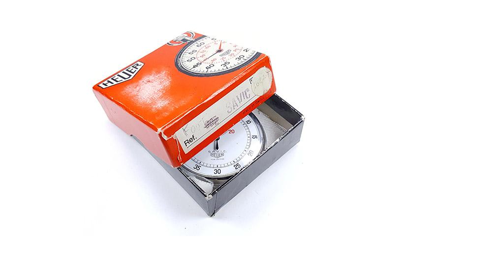 Chronomètre vintage HEUER ref. 907 (version S.A.V.I.C) --- boite ouverte --- ikonicstopwatch.com