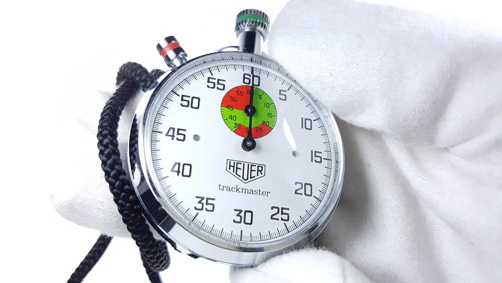 Chronomètre vintage HEUER ref. 8037 trackmaster (édition pour marché japonais) --- plan rapproché avec main --- ikonicstopwatch.com
