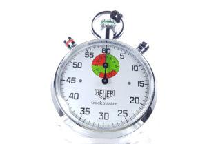 Chronomètre vintage HEUER ref. 8037 trackmaster (édition pour marché japonais) --- plan rapproché de couverture --- ikonicstopwatch.com