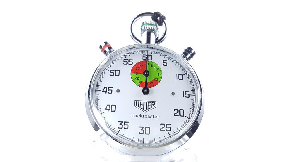 Chronomètre vintage HEUER ref. 8037 trackmaster (édition pour marché japonais) --- plan rapproché --- ikonicstopwatch.com